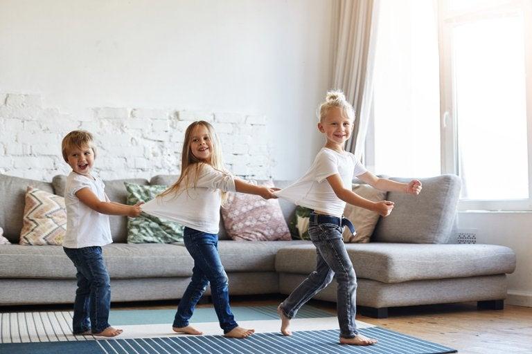 ¿Es bueno dejar que los niños anden descalzos por casa?