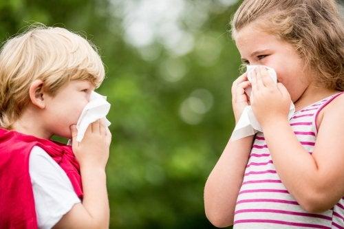 Sonarse la nariz demasiado fuerte puede causar un sangrado de nariz.