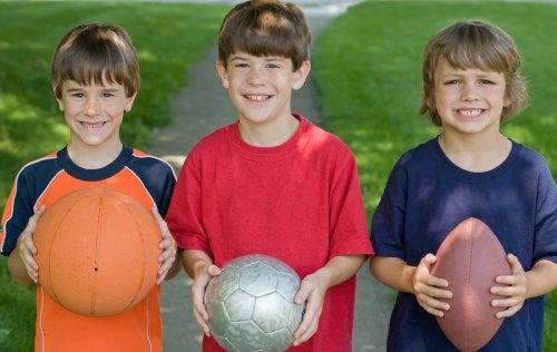 Los juegos al aire libre para niños tienen a los balones como actores centrales.