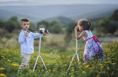 Los niños también aprenden a socializar en los cursos de fotografía para niños.