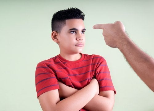 Niño siendo castigado por su tutor legal.