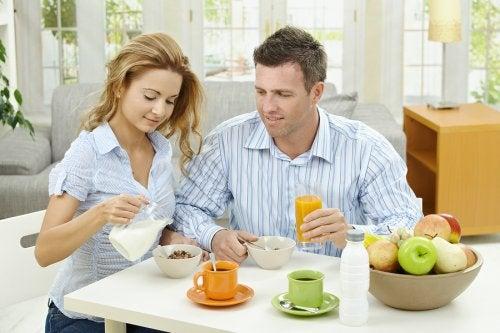 La alimentación saludable contribuye a la fertilidad del hombre y la mujer.