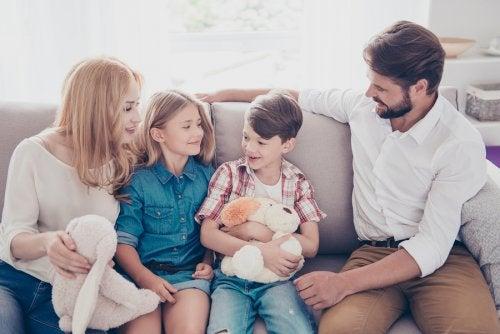 Padres escuchando a sus hijos cuando hablan.