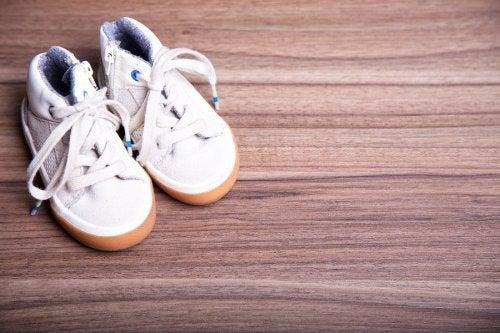 Peligros de las zapatillas con ruedas en niños