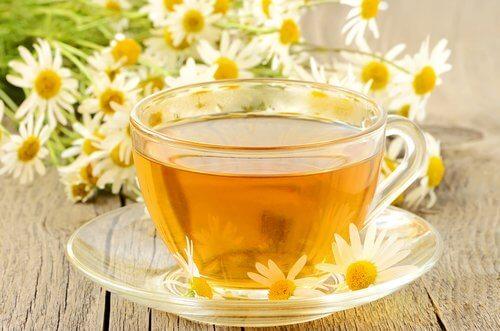 El té de manzanilla puede aliviar la molestia del sangrado por implantación.