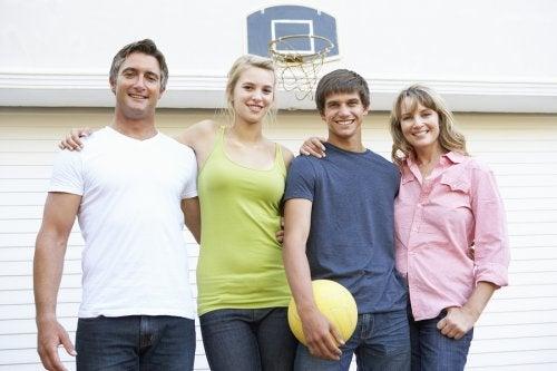 El baloncesto es una excelente alternativa para hacer deporte con tus hijos.