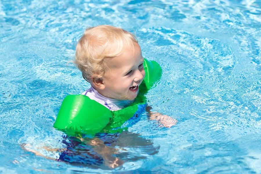 11 cosas que debes llevar a la piscina para tu bebé