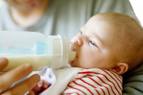 La cantidad de leche debe tomar el bebé varía según cada pequeño.