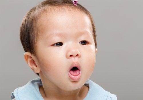 Si el bebé se atraganta con la leche, lo primero es mantener la calma y ayudarlo a recuperarse.