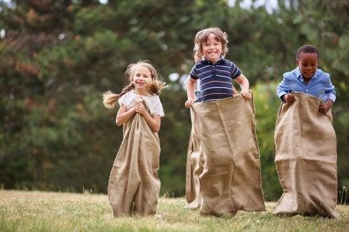 Niños jugando a las carreras de sacos.
