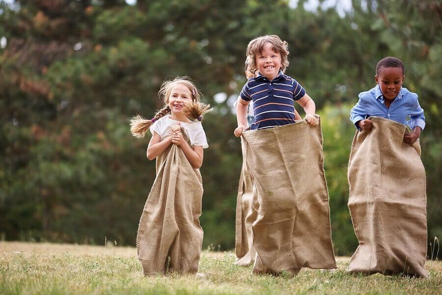 ¿Por qué es bueno que los niños jueguen al aire libre?
