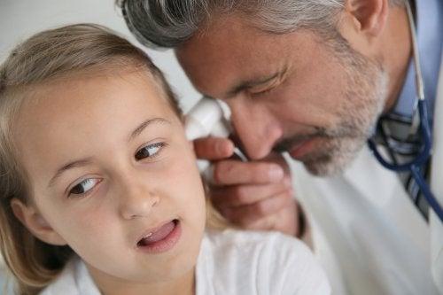 ¿Cómo se tratan las vegetaciones de oídos en niños?