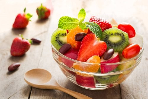 Las ensaladas de frutas son una opción refrescante para los niños en verano.