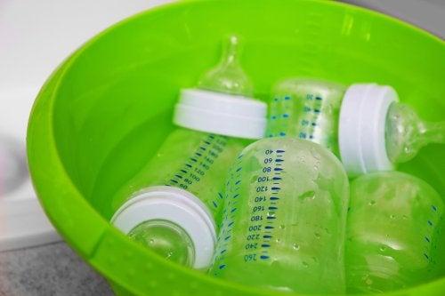 Algunos esterilizadores de biberones son naturales, prácticos y económicos.