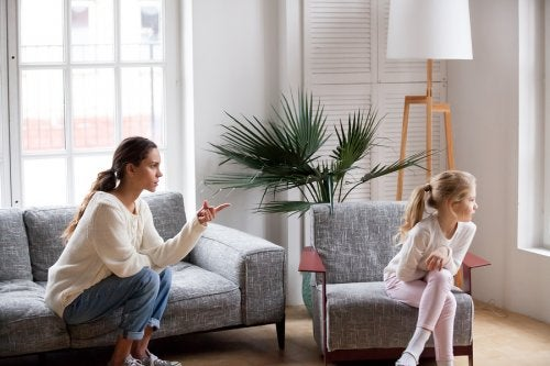 Madre intentando no gritar a su hija para regañarla.