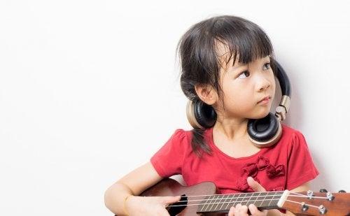 Tocar un instrumento durante la infancia promueve el desarrollo de la creatividad y los sentidos.