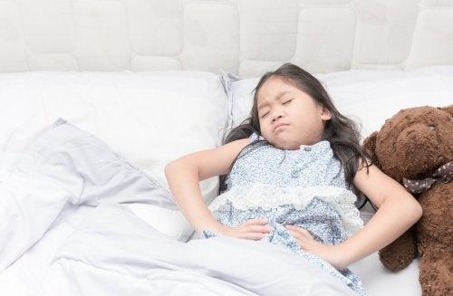 El colon irritable en niños puede provocarle dolores intestinales fuertes.