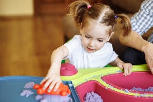 Jugar con arena moldeable para niños es sumamente positivo para su desarrollo.