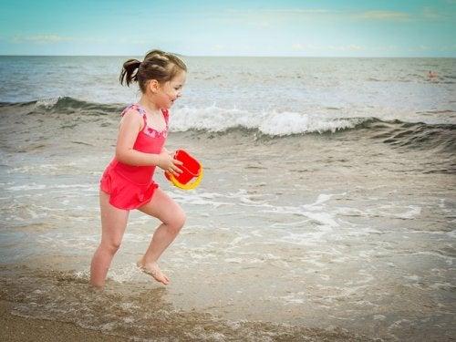 La arena moldeable para niños es muy similar a la arena mojada.
