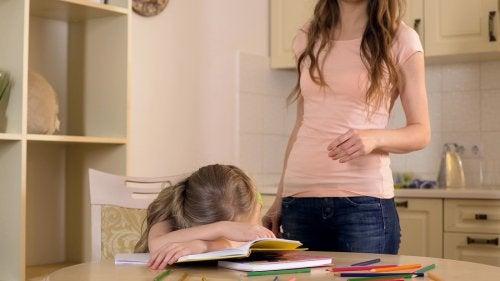 Los peligros de la sobreprotección afectan diferentes ámbitos de la vida de los niños.