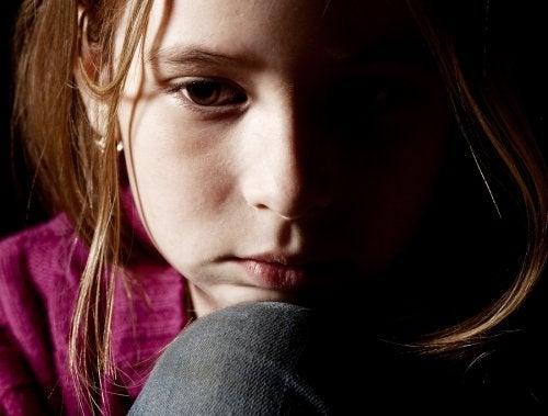 Niña desolada tras sufrir abuso infantil.