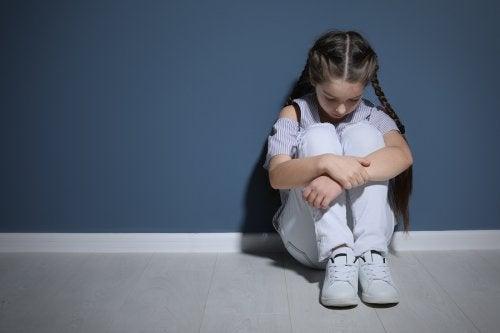 El maltrato psicológico en niños incide negativamente en su salud emocional.