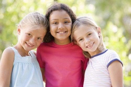 Enseñar a los niños a no juzgar los puede ayudar a olvidarse de los prejuicios.