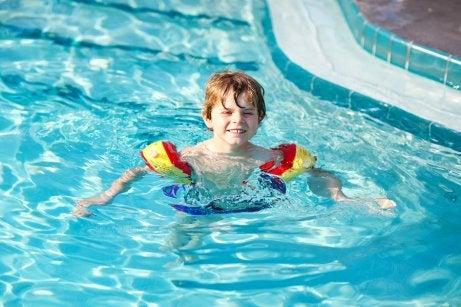 Las normas de seguridad para ir a la piscina con niños incluyen el uso de flotadores.