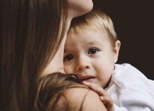 Ayudar a superar los miedos infantiles es necesario para el correcto desarrollo del pequeño.