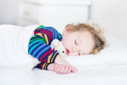 No existen reglas definitivas acerca de hasta cuándo deben echarse la siesta los bebes.