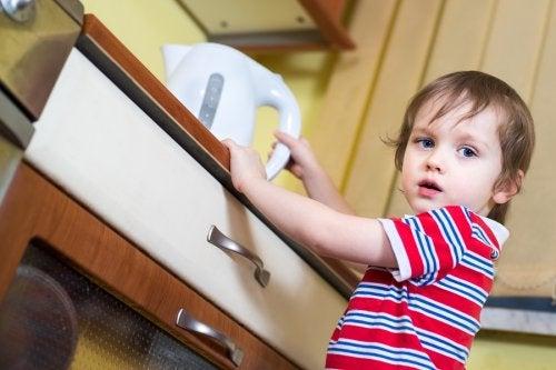 Mantener la calma y aplicar agua fría es lo primero si mi hijo se ha quemado en la cocina.
