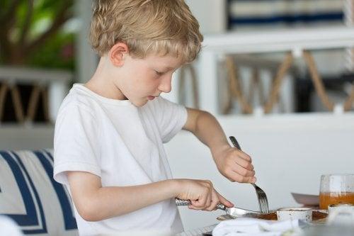 Con la práctica, los niños aprenden a usar cuchillo y tenedor.