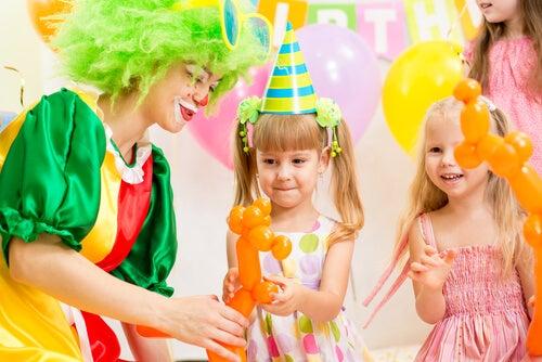 Los cuidadores y los animadores están presentes en las fiestas temáticas para niños.