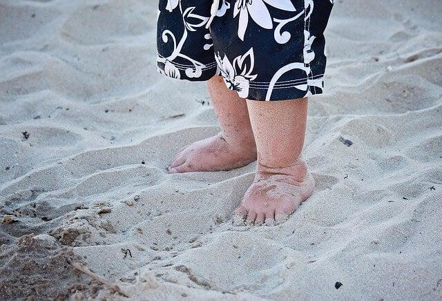 Caminar descalzos es saludable para los niños, en especial, al aprender a caminar.