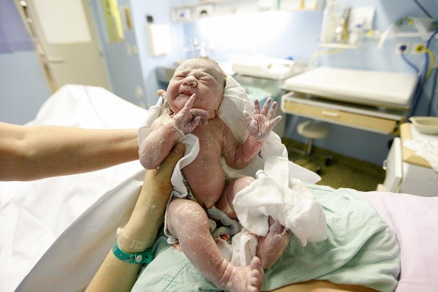 El cordón umbilical enrollado en el cuello del bebé