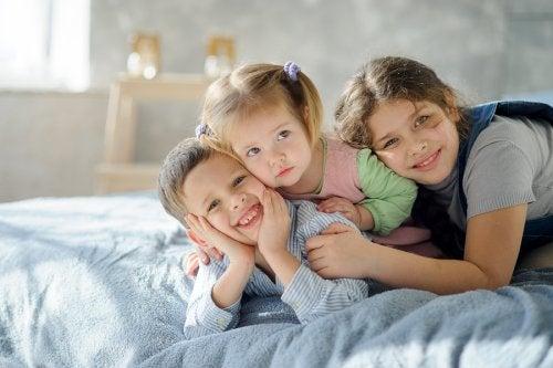 El organizar las habitaciones con 3 hermanos es una tarea que requiere la colaboración de todos.