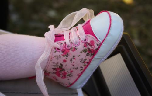 Las modas de verano para bebés incluyen zapatos frescos y cómodos.