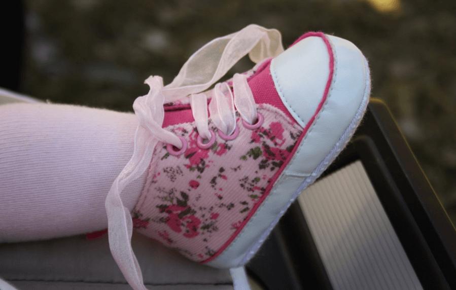 El tipo de calzado que se debe colocar a los niños pequeños.