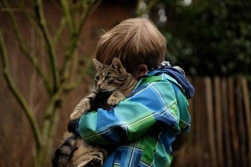 La amistad entre mascotas y niños puede ser beneficiosa para ambos.