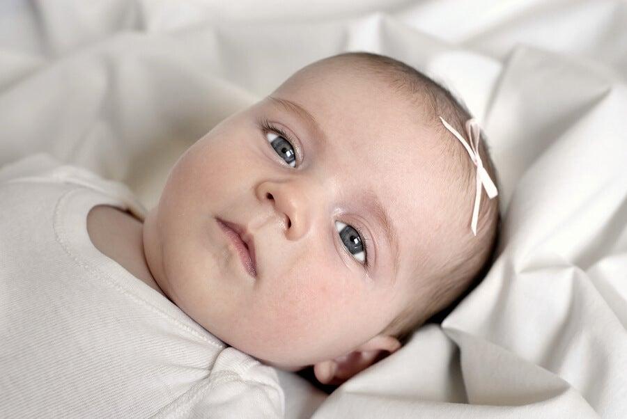 ¿Por qué los bebés tienen los ojos grises al nacer?