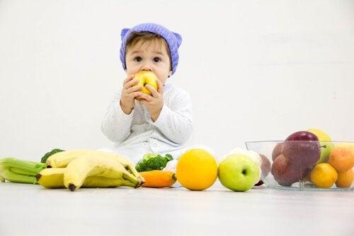 Los zumos de frutas favorecen el desarrollo de los niños.