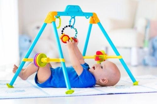 Cualquier actividad que se lleve a cabo en gimnasios y parques para bebés debe estar estrictamente supervisada por un adulto.