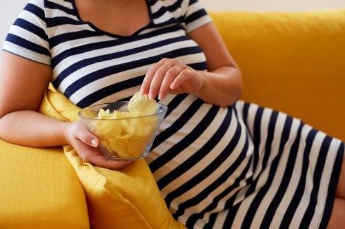 El hambre voraz en el embarazo muchas veces se asocia a los antojos.