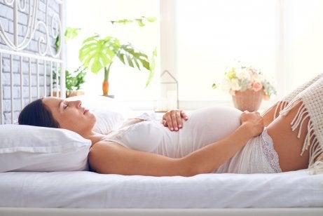 ¿Cuándo se recomienda reposo absoluto en el embarazo?
