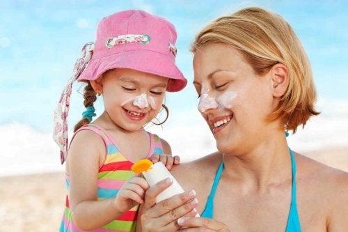 Protegerse del sol en verano es sumamente importante, sobre todo en los niños.