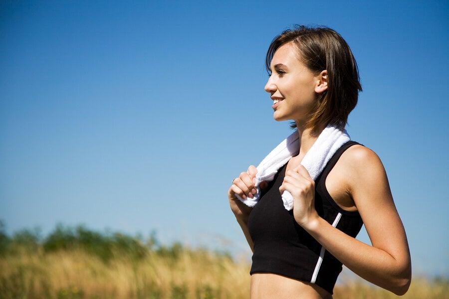 mujer-haciendo-ejercicio-despues-del-parto-para-recuperar-la-figura