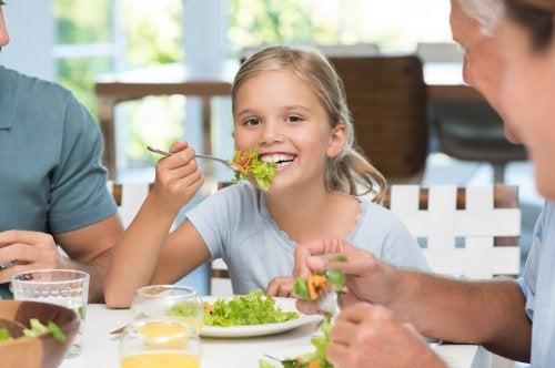 Importancia de enseñar a los niños a comportarse en la mesa