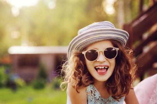 Existen muchos modelos y colores de gafas de sol para niños.