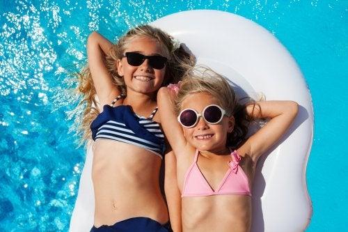 La vigilancia de los adultos en las piscinas es fundamental para evitar los accidentes infantiles frecuentes en verano.