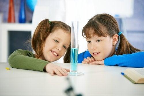 4 experimentos para hacer en casa con niños y estimular su creatividad